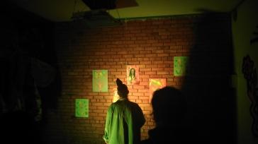 Asistente al evento viendo una de las muestras de arte.